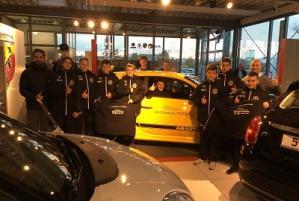 Autohaus PIETSCH unterstützt U15 des FC Astoria mit Winterjacken